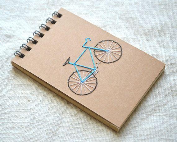 Notitieboekje van de fiets met de hand geborduurd dekking. Aanbieding is voor een mini-laptops.  Kiezen uit acht verschillende kleur fiets frames, rood, oranje, geel, lichtgroen, smaragd groen, licht blauw, cerulean blauw of paars. Als er een andere kleur die u wenst, stuur me een bericht en ik zal mijn best doen om u te ontvangen.  Laptop is spiraal-gebonden Japanse briefpapier, met 50 bekleed paginas. Meet 4 1/8 x 3 1/8 (10,5 x 8 cm).  Een grotere versie van de moleskine van dit ontwerp is…