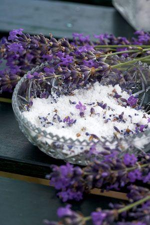 Lavendelsukker: Hæld et par deciliter rørsukker i et patentglas sammen med 3 spsk lavendelblomster. Luk glasset til, og lad trække et par uger. Jo længere tid, jo bedre. Bruges i teen, i kager, i pandekager eller i hjemmelavet is. Alle lavendler er spiselige tørring, men den mest lækre og aromatiske er den almindelige lavendel, vi har i haven, Lavendula angustifolia. Du kan bruge både blade og blomster i maden; bladene som krydderi og blomsterne som pynt på kager, i salaten, i isterninger…