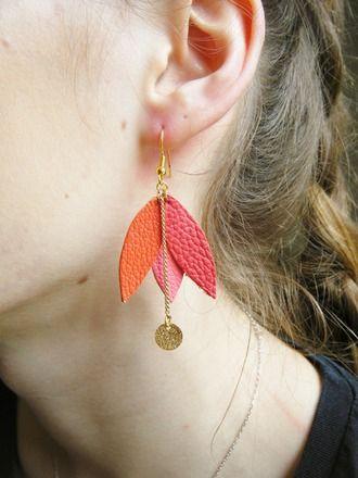 Boucles d'oreilles fleur tulipe cuir  : Boucles d'oreille par petit-ecureuil