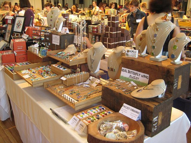 Effective display in a small space: Fair Display, Booth Displays, Booth Ideas, Jewelry Displays, Craft Booths, Display Ideas, Craft Display, Necklace Display