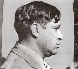 """Mendy Weiss.Pistolero de LEPKE. Estrangulador y veterano del ámbito laboral. Jefe del personal dedicado a la exterminación. Con la ayuda de dos compinches, liquidó a LOUIS """"PREETY"""" AMBERG, que había anunciado a bombo y platillo su venganza por el asesinato de su hermano JOEY AMBERG. MENDY WEIS sustituyó a LEPKE cuando éste se escondió en 1939. En 1939 diseñó los planos de un edificio con cámaras secretas para esconder la droga en el barrio de Flatbush. Fue acusado del asesinato en Agosto de…"""