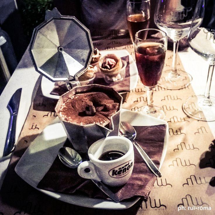 """Qui a Napoli la caffettiera riserva sempre emozioni inaspettate: Tiramimuu al babà napoletano e caffè caldo... e non chiamatelo tiramisù!  #telodicoiodove da """"Muu Muzzarella"""" Via Partenope 18, Napoli. @muu_muuzzarella  #tiramimuu  #caffettiera #babà #babbà #caffè #moka #caffènapoletano #pasticcerianapoletana #tiramisù #MuuMuzzarella #gourmet #Napoli #mozzarella #italy #stilenapoletano #instagood #style #excellent #solocosebuone #ruiroma"""