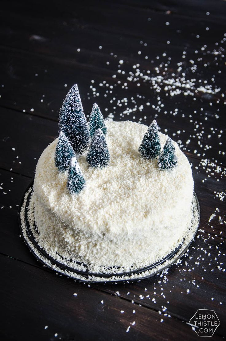 around the holidays we could all use a shortcut, hack, or two. This DIY winter scene cake is a grocery store cake makeover that you can have ready in 15 minutes!