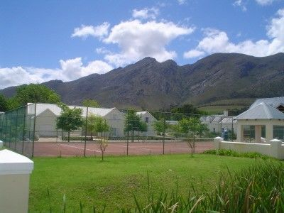 First floor apartment overlooking the vineyard of this operating wine farm. 2 Bedrooms, 1 bathroom (full) and open plan living area with built in fireplace. Covered parking bay, 24 hour security, communal pool and tennis court. Excellent value for 1st time buyers or ideal as a holiday apartment