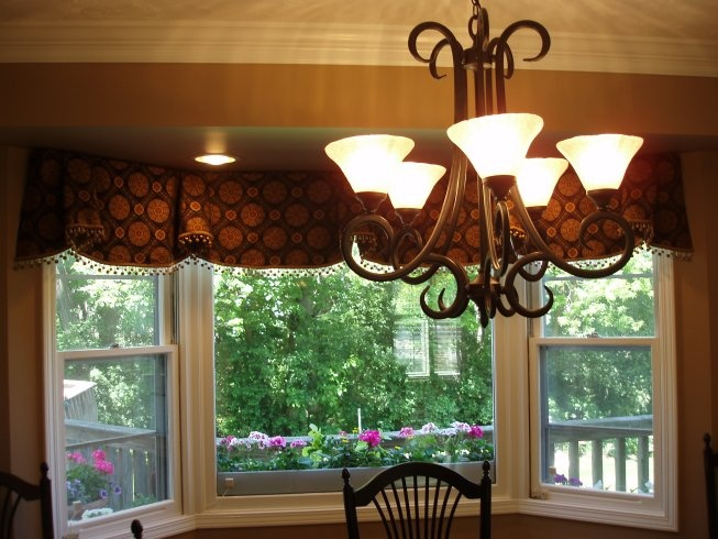 "Horn ""Sheffield"" Pleated, Scalloped Valance for Bay Window"