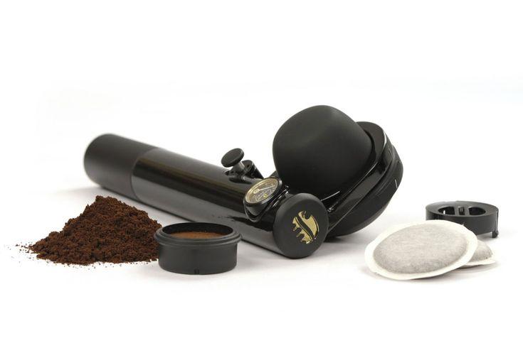 Mit derHandpresso Wild Hybrid kann man sowohl mit gemahlenem Kaffee, als auch mit Kaffee-Pads leckeren Espresso zubereiten, ohne eine teure Siebträgermaschine sein Eigen zu nennen. Mit einem Druck...