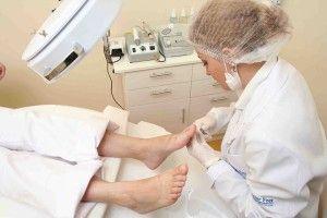Bei sehr schwerer Erkrankung an Nagelpilz hilft manchmal nur der Arztbesuch.    Deshalb ist es äusserst wichtig die eigenen Füsse regelmässig zu pflegen.