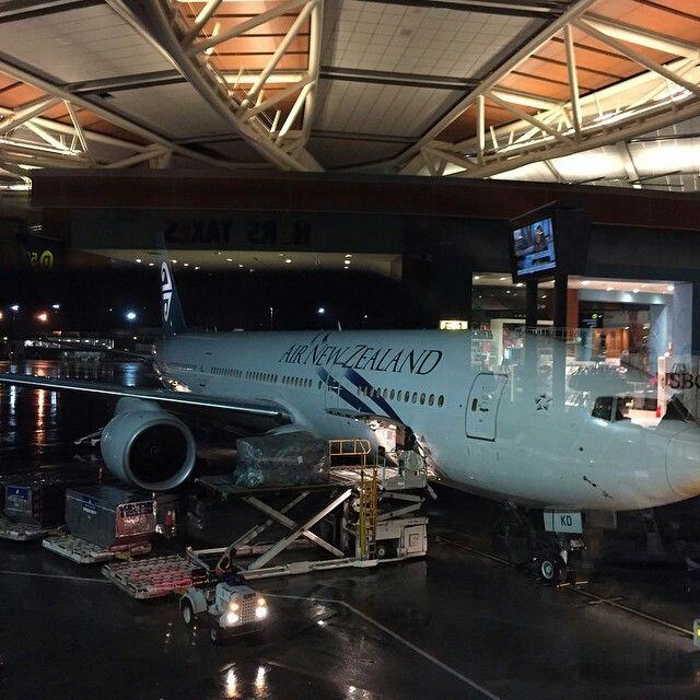Air New Zealand B777 loading cargo