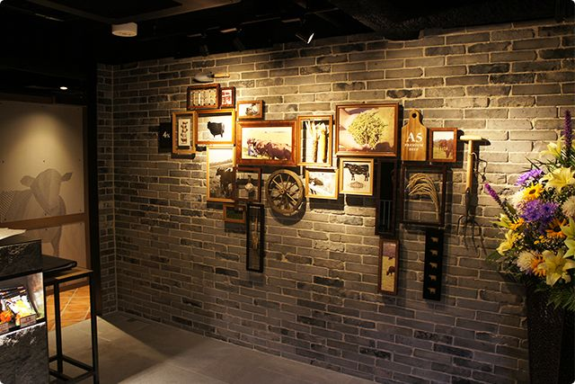 Display design: Frames composed to depict a cow at the entrance of a yakiniku store