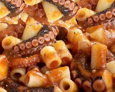 Υλικά :   1 χταπόδι (1 έως 11/2 κιλό)  1/2  κιλό μακαρονάκι κοφτό  100 γραμμάρια ελαιόλαδο  150 γραμμάρια ελαφρά συμ...