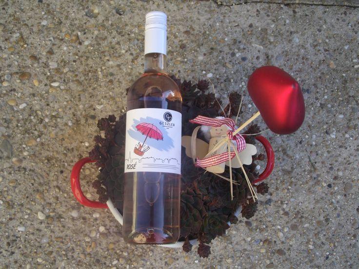Geszler Rosé félszáraz Pinot Noir rosé 2014  Légies, könnyű, reduktív. Fiatalos savak, kirobbanó gyümölcsösség, intenzív, mámorító illatok jellemzik. Fröccsként is igazi felüdülést jelenthet egy hosszú, fárasztó nap után. Legyél párban, barátokkal… ez a rosé népszerű lesz.  Tippünk: nyári esték nélkülözhetetlen itala.