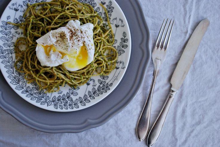 Fullkornspasta med grönskålspesto & pocherade ägg