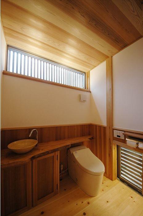 木の温もり感じるトイレ(『光陰の家』〜自然素材にこだわった和モダンの家〜)- トイレ/バス事例
