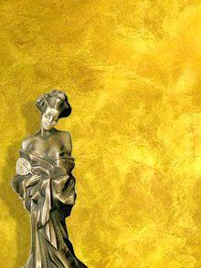 IMPERIALE  Венецианская штукатурка с эффектом золота Современный вид венецианской штукатурки, в состав которой входит специальный золотой пигмент, позволяющий придать традиционному декоративному покрытию под мрамор, оригинальный металлический блеск.  Венецианская штукатурка Imperiale создает не просто красивое, она создает роскошное декоративное покрытие, достойное украшать стены в самых шикарных дворцах и резиденциях.