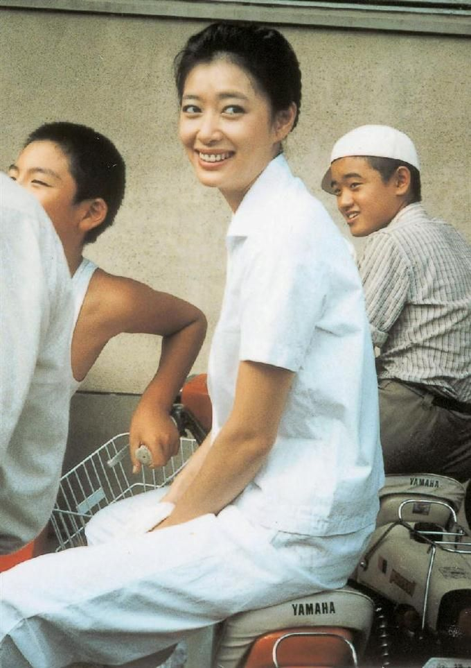 映画「瀬戸内少年野球団」の撮影の合間に笑顔を見せる夏目雅子さん=1983年ごろ、兵庫県・淡路島(一般財団法人夏目雅子ひまわり基金提供)