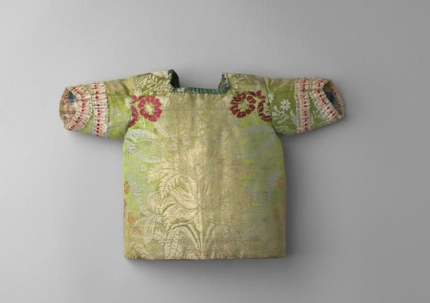 Child's jacket, 1730-1760. Green silk damask embroidered with a flower pattern in pink grey an dred, silk ribbon trimming, linen lining.