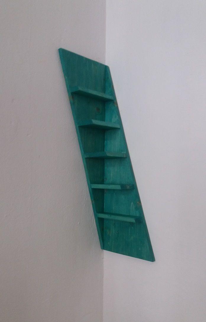 Angoliera inclinata in legno di design.