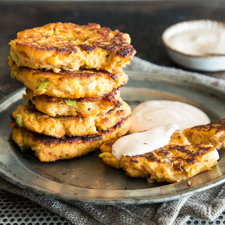 Soll's mal schnell gehen? Süßkartoffel und Lachs werden in der Pfanne zu würzigen Püfferchen. Die sind in nur 25 Minuten bereit zum Dippen.