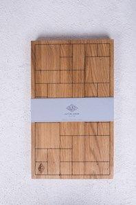 Handgjord skärbräda i solid ek med lasergraverat block-mönster från svenska Low Key. Skärbrädan är behandlad med en food-grade olja som ger en mörkare finish samt en skyddande yta. Varje skärbräda är handgjord av naturligt trä och har ett unikt utseende. Skärbrädan kan även användas som serveringsbricka för tex ost och charkuterier. Tillverkad i Polen. Finns även i en större storlek (se bild).
