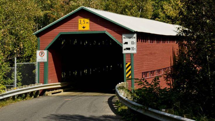 Le pont Rouge, aussi nommé pont Reed Mill est un pont couvert construit en 1928 selon les plans du ministère de la Colonisation. De nos jours, il constitue le plus long des trois ponts couverts à subsister dans la MRC de Lotbinière. Il permet toujours de franchir, pendant la saison estivale, la rivière Palmer dans la municipalité de Sainte-Agathe-de-Lotbinière.  Photo : © Photo Manuel Mendo 2008