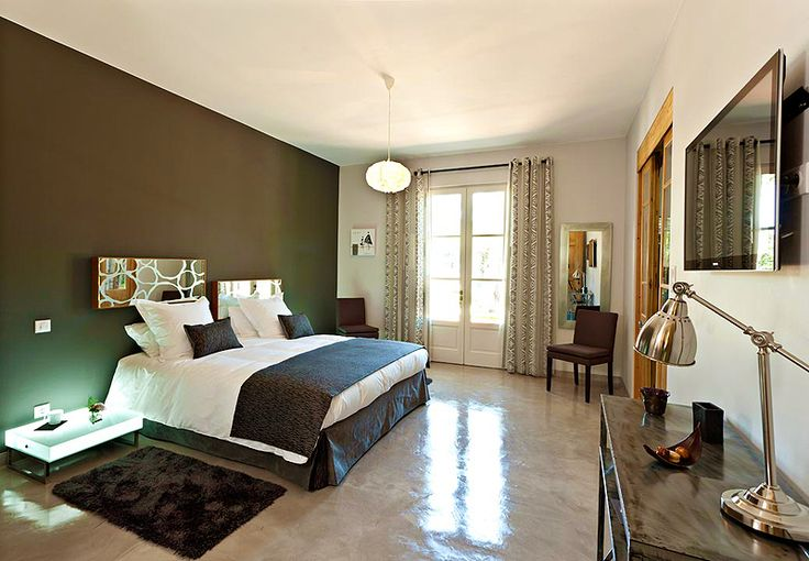 Luxury Contemporary-style room with private terrace overlooking the park. Design bathroom with jacuzzi bathtub and walk-in shower at Mas de l'Esperance guesthouse in Camargue Provence
