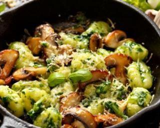 Poêlée végétarienne de gnocchis au pesto d'avocat et aux champignons : http://www.fourchette-et-bikini.fr/recettes/recettes-minceur/poelee-vegetarienne-de-gnocchis-au-pesto-davocat-et-aux-champignons.html