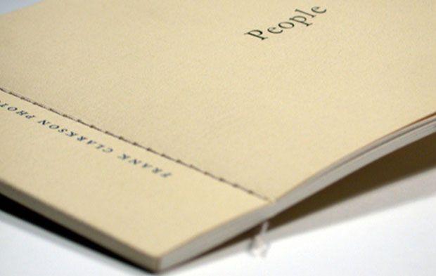 Pour sublimer un ouvrage, la reliure Couture Singer utilise le fil de couturière pour tenir les feuillets, un savoir-faire d'antan toujours d'actualité.