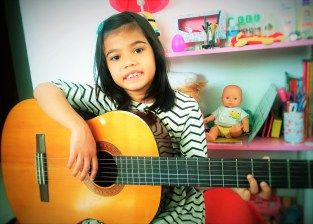Como iniciar a niños pequeños en el aprendizaje de la guitarra.