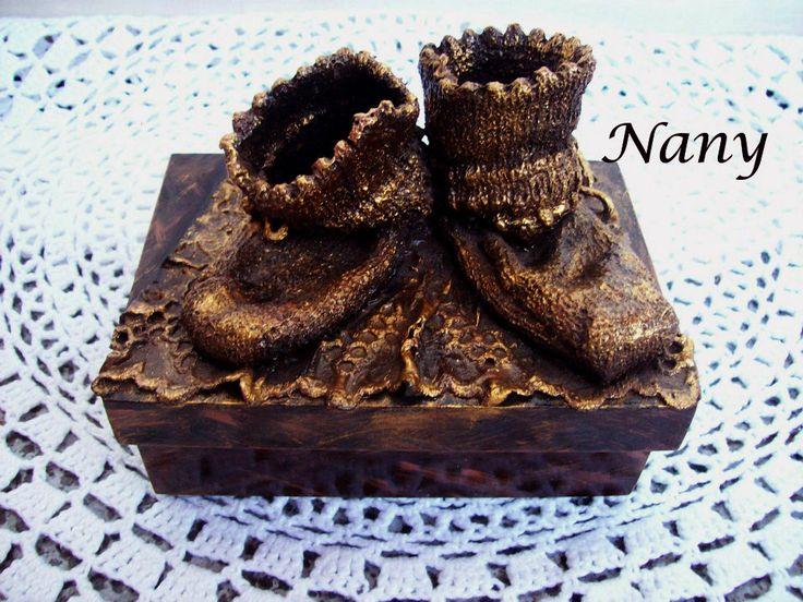 Caixinha com o primeiro sapatinho do bebê. Peça em engomagem artesanal metalizada. O sapatinho é de lã e aqui está durinho e metalizado.