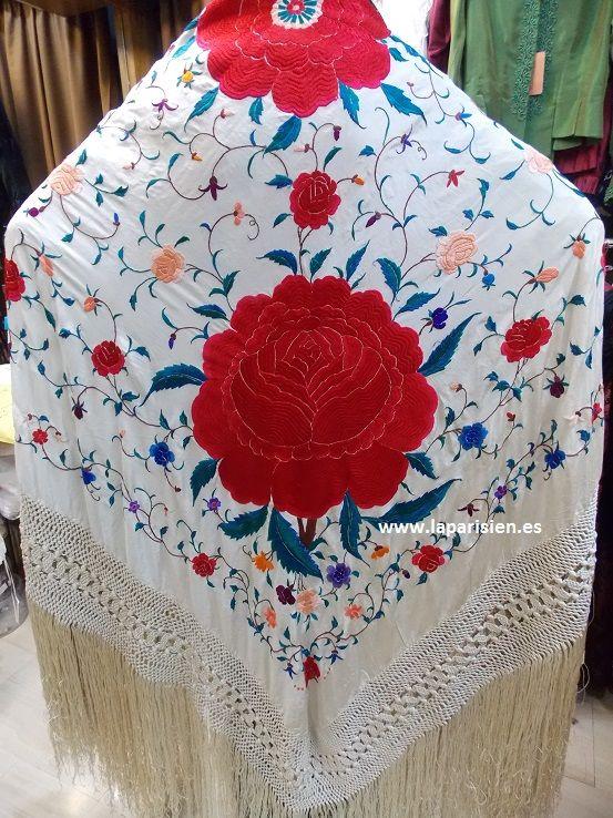 MANTÓN DE MANILA ANTIGUO. Marfil bordado a mano en colores con motivos florales. 155x155 cm, seda natural.Principios S.XX,