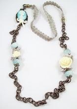 Bixut - Collar Coline azul. Realizado en jade, lazo,cadena de seda y piezas de metal de fantasía.