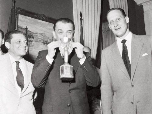 JK com a taça em 1958 Exposiçoes Virtuais - Arquivo Nacional