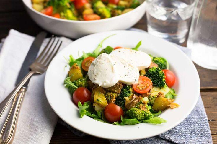 Recept voor italiaanse broccolisalade voor 4 personen. Met zout, olijfolie, peper, broccoli, aardappel, mozzarella, cherrytomaat, groene pesto en andijvie