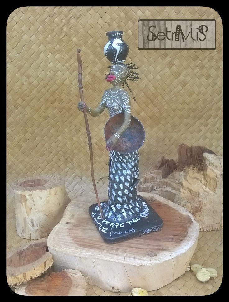 """Escultura """"Nega d'angola"""" vários materiais."""