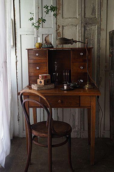 ライティングデスク-antique writing desk 左上から2段目の抽き出しには定規等文房具、、ここには、とたっぷり据えられた仕分けし易い抽き出しが便利。この形は雑貨店さんや食器屋さんのレジカウンターとして重宝、抽き出し上に取られた奥行きd238mm箇所にコイントレイを置いて、引っ込んだ部分に小さめノートパソコンが納まる。手芸用、学習机、と収納と作業スペースを確保したい様々な用途に合う、フレキシブルなテーブル。抽き出しは独立した造りですので、テーブルと別々にしてもお使い頂けます。幕板下はh595mmです。