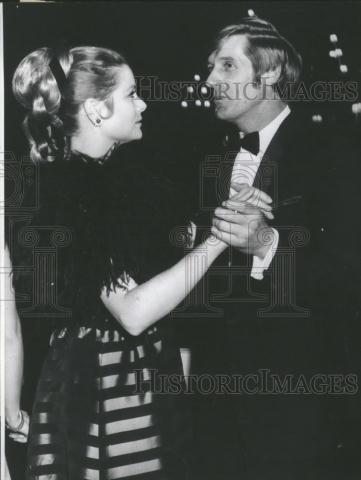La princesa Gracia bailando con Edward Meeks en el Sporting Club de Montecarlo, 1969