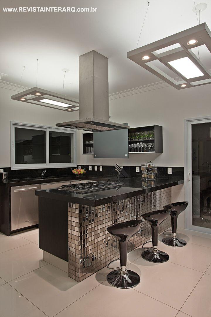 Elegância e sofisticação marcam esta residência, projetada para um jovem casal pelos arquitetos Daniele Guardini e Adriano Stancati. Veja o projeto completo no site: http://www.comore.com.br/?p=24512 #revistainterarq #interarq #projeto #primulas #cozinha #danieleguardini #adrianostancati