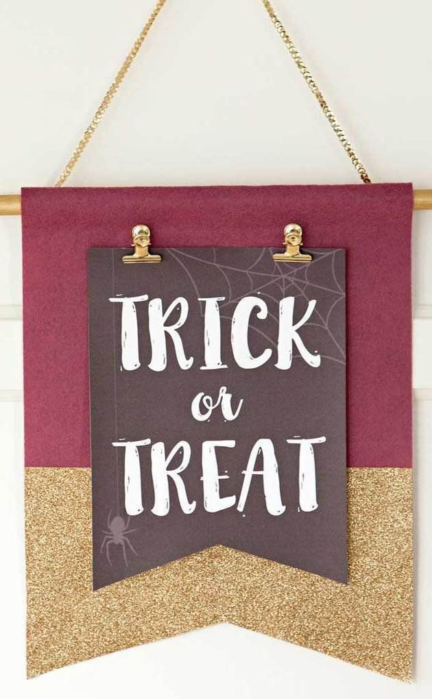 Have your front entryway ready for any holiday! We love this felt wall hanging party idea from @sturquoiseblog. Best part? All you have to do is change out the design depending on the season, whether it's fall or Christmas! Template included.