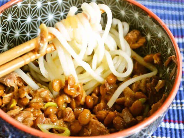 山形名物 ひっぱりうどん ~さば缶と納豆で さば缶の臭みが苦手な人は、ツナ缶でも作れます。すだちやレモンなどかんきつ類をぎゅっと絞っていれるとさっぱり食べられます。    材料 (1人分) うどん(乾麺) 1束 納豆 1/2~1パック 味付けさば缶 1/2缶 だし醤油(醤油) 小さじ1 青ネギ(小口切り) 適量 かつお削り節 少量 きざみのり 少量(オプション)作り方 1うどんをパッケージの指定よりも30秒短めに茹でます。湯だめと同じ要領で、茹で汁ごと丼に入れます。2 納豆、さば缶を別の器に入れて、醤油、青ねぎ、かつおの削り節、好みでのりを振り入れ、箸でかき混ぜます。3 熱々のうどんを2に絡めながらいただきます。ひっぱって~つるつる~♪コツ・ポイント大根おろしを加えたり、柚子こしょう、ラー油など、少量加えても また別の味わいがしておいしいです。稲庭うどんのような 細めのうどんで作ると絡みやすくておいしいです。レシピの生い立ち アメリカでもおいしい手作り納豆が手に入るので、大量にストックしています。うどんですが、朝ごはんにも食べています。冷たいうどんに絡めてもおいしいです。