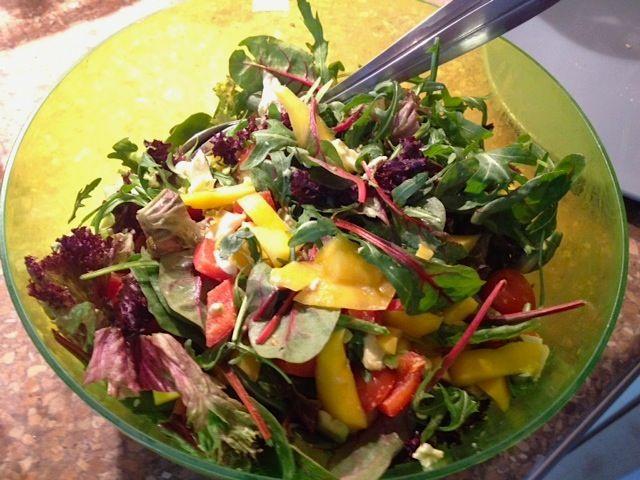 Ingezonden door Aliki: salade met tomaat, avocado en mango - Lekker en Simpel