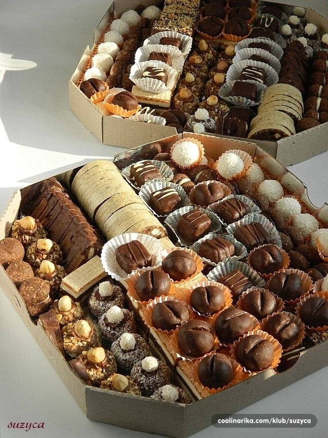 Neki su poredjani u dva reda, tako da mislim da bi imalo za svakoga po par komada  -šareni trougao -rolat u oblandi od smese za trougao -baci di dama sa belom i crnom čokoladom -lešnik gnezda i kokos gnezda -zrna kafe -šarena oblanda -kikiriki bajadera -bounty -kokos kuglice sa belom čokoladom