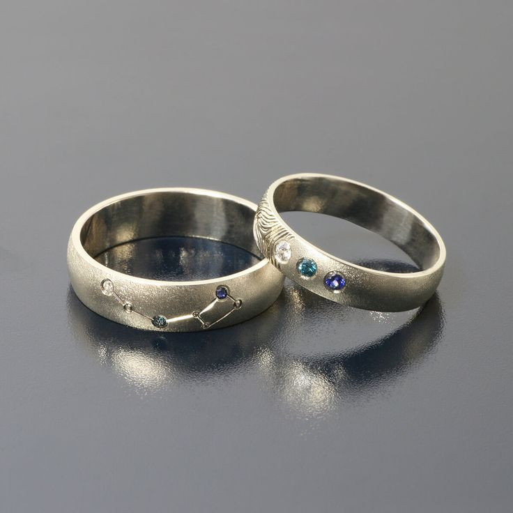 Obrączki wykonano z białego złota, męską zdobi konstelacja Oriona, damską odcisk palca oraz po trzy kamienie szlachetne: biały i niebieski brylant oraz szafir. Cena po kliknięciu w zdjęcie, w prv wiadomości lub na maila: andrzej@inneobraczki.pl. Zapraszam
