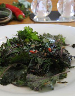 PICCO®-KALE ASIATISCH -   Zutaten für 2 Personen:  1 rote Chilischote,   1 Zwiebel,   1 Knoblauchzehe,  150g Picco®-Kale,  1 EL Olivenöl,   ½ Limette,  1 TL Sojasauce,  Salz/Pfeffer.  Hier geht's zur Zubereitung: http://behr-ag.com/de/unsere-rezepte/rezeptdetail/recipe/piccoR-kale-asiatis.html
