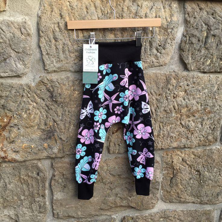 """tepláčky """"TURKY"""" ... VESELÁ ČERNÁ Dětské rostoucí kalhoty se sníženým sedem """"TURKY"""" - pohodlný střih, měkký materiál umožňující volný pohyb dětí, příjemný na nošení  kalhoty ve velikostech """"KLASIK"""" a """"SLIM""""  ... prosím měřte, míry v tabulce velikostí   materiál: designový ..."""