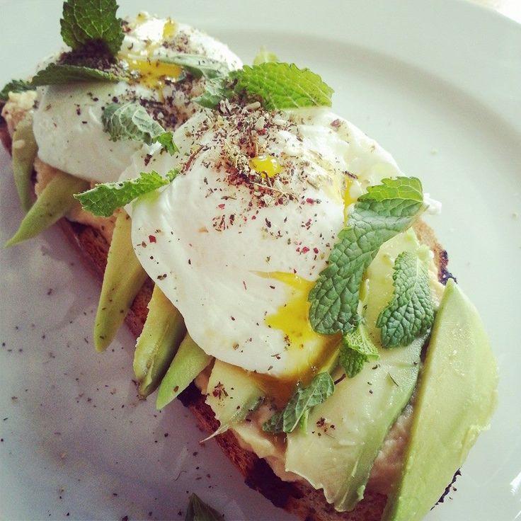 Śniadanie marokańskie czyli nasze domowe pieczywo na zakwasie, hummus, awokado, jajka w koszulce i zatar. #difood, #dicafedeli