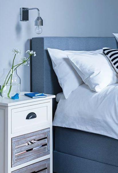 »Abtauchen: Schlafkoje«   Drei Dinge braucht der Matrosen-Look unbedingt: marineblaue Streifen-Prints, reinweiße Bettwäsche und Holz mit Patina, das wirkt wie vom Salzwasser gebleicht.