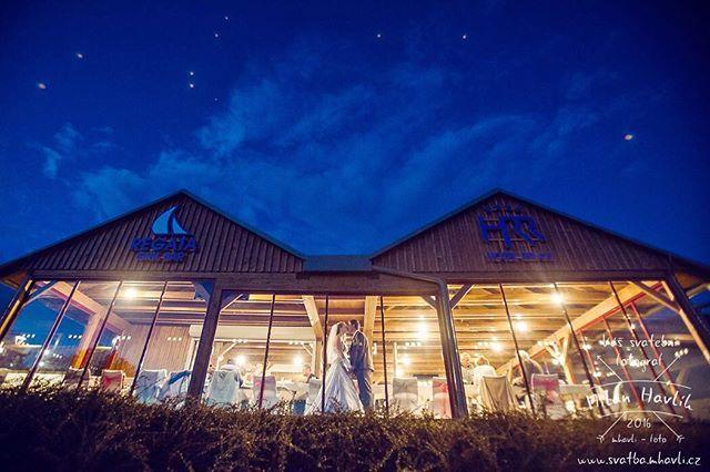 Do třetice noční fotka a další důkaz, že je dobré si fotografa objednat do večerních hodin... Fotka je ze svatby Lucky a Pavla, která se konala u jihočeského moře - u Lipna... #svatba #wedding #svatebnifoto #weddingphoto #svatebnifotograf #weddingphotographer #zenich #nevesta #lipno #hotelrelax #nocnifoceni #vecernifoceni #hvezdy #hvezdysviti #zaoknem #pohledzvenci #mamsvojipracirad #fotiltomilan