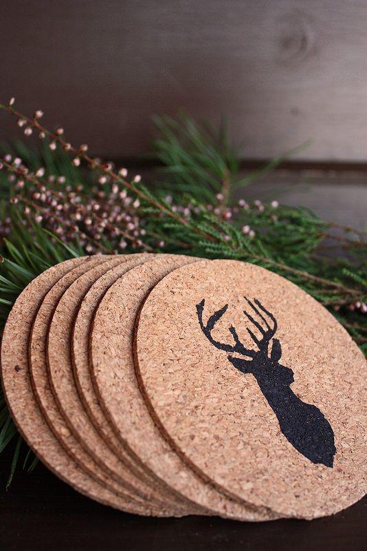 DIY painted cork coasters. / Kuvioidut lasinaluset ovat helppo ja käytännöllinen lahjaidea.