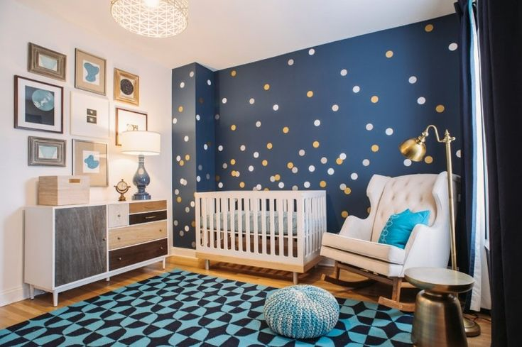 décoration chambre bébé: peinture bleu pétrole à pois blancs et jaunes