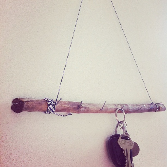 DIY - A key coat rack made ​​of rope, nails and a branch - Credit: www.thesecretistodream.com
